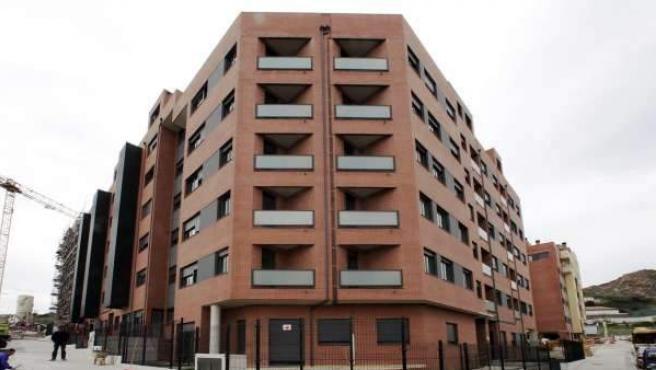 Fachada de un edificio de pisos de reciente construcción.