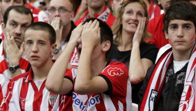 Los aficionados del Athletic desplazados a Bucarest se lamentan durante la final de la Europa League.