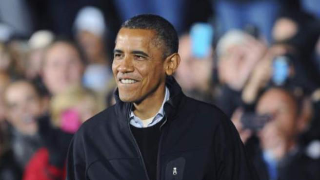 El presidente estadounidense, Barack Obama, sonríe ante una multitud.