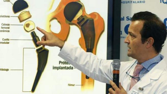 """El traumatólogo Ángel Villamor ha informado de que el monarca permanecerá ingresado en el hospital madrileño Quirón San José """"tres o cuatro días"""" y podrá estar completamente recuperado en un mes."""