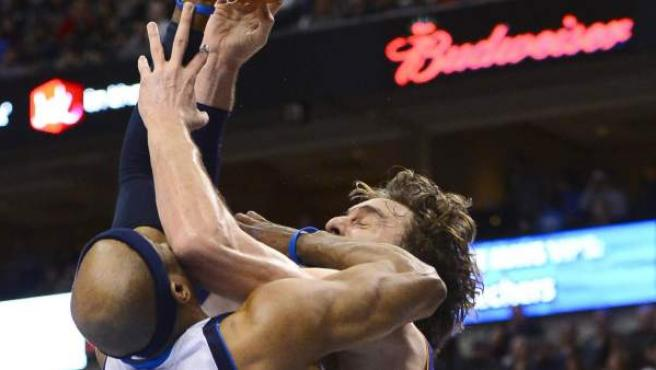 El ala-pívot español de los Lakers, Pau Gasol, lucha con Vince Carter en un encuentro ante Dallas.