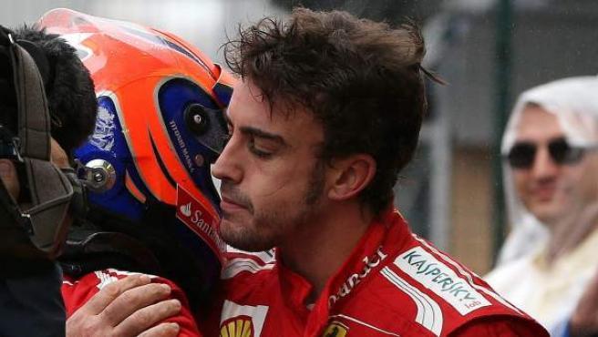 El piloto español de Ferrari, Fernando Alonso, abraza a su compañero Felipe Massa.