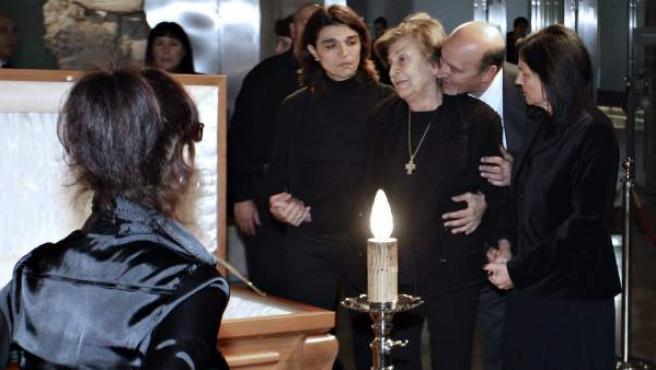 La viuda y familiares de Tony Leblanc le dan un último adiós.