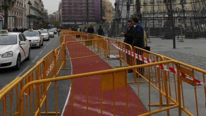 Obras de instalación del Eje ciclista Mayor-Alcalá, a su paso por la Puerta del Sol.