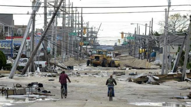 Vista de una calle cubierta por líneas eléctricas destruidas y por escombros después del paso de Sandy, en Seaside Heights, Nueva Jersey (EE UU).