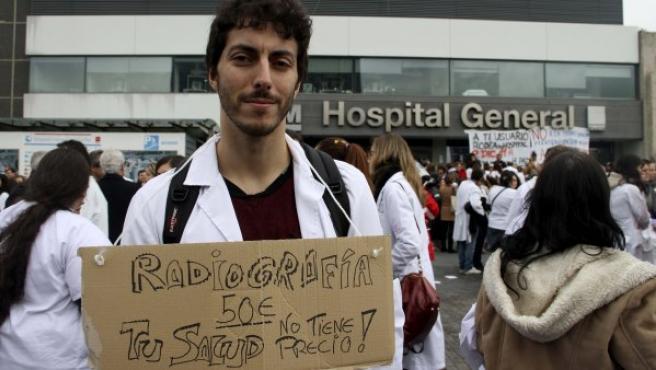 Sanitarios venidos de distintos hospitales de Madrid se concentran a las puertas del Hospital de La Paz.