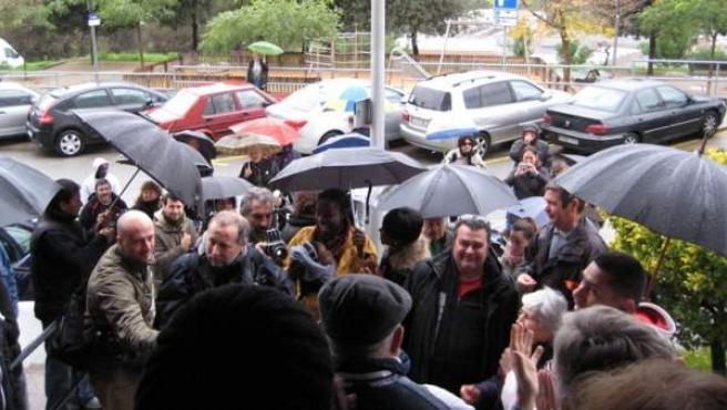 Los manifestantes aplaudieron cuando se anunció la suspensión del desalojo de Yaa y su hija.
