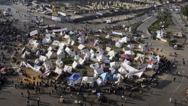 """Manifestantes egipcios acampan en la plaza Tahrir de El Cairo durante una protesta contra el """"decretazo"""" del presidente egipcio, Mohamed Morsi."""