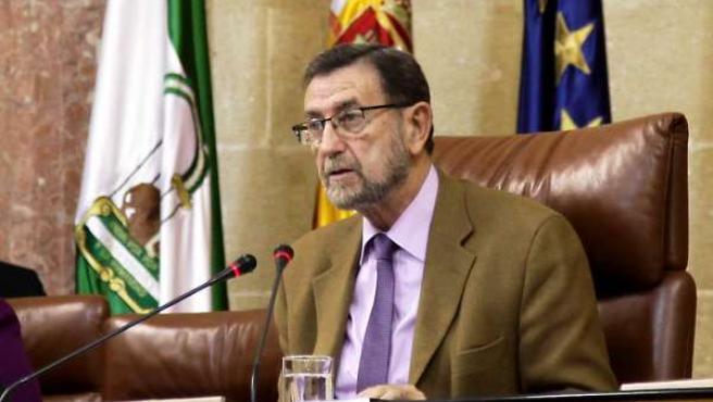 El presidente del Parlamento, Manuel Gracia, al leer la declaración instituciona