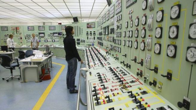 Un trabajador comprueba en panel de control de la central de Garoña.