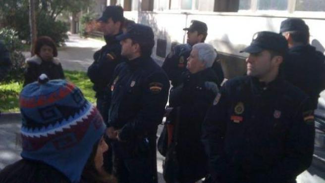 Feli Velázquez, activista de la PAH, rodeada por la Policía antes de ser detenida.