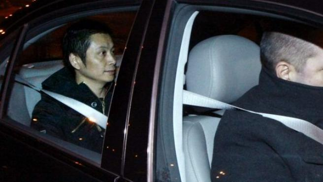 El presunto líder de la mafia china desarticulada en la operación Emperador, Gao Ping (i), en un vehículo, a su salida de la prisión de Villena (Alicante).
