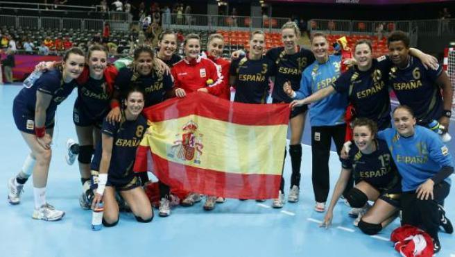 La selección femenina de balonmano celebra el bronce conseguido en los Juegos Olímpicos de Londres 2012.