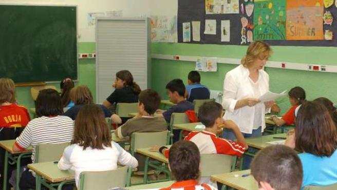 Imagen de archivo de una profesora dando clase a sus alumnos.