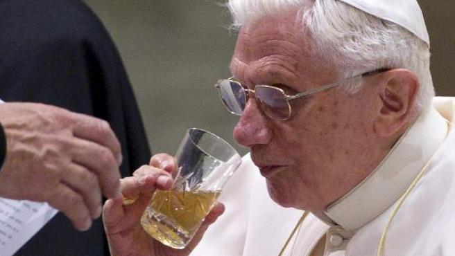 El papa Benedicto XVI en la misa de los miércoles en la plaza de San Pedro