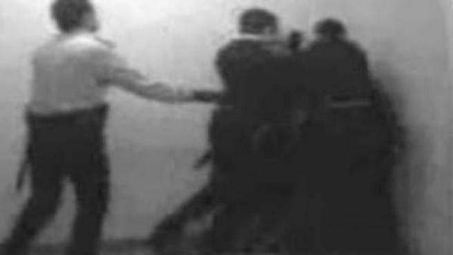 Imagen de archivo de la agresión de los Mossos a un detenido.