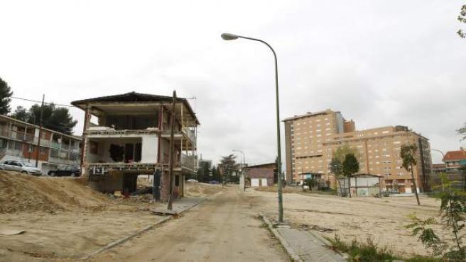 Una vivienda en proceso de derribo en la UVA de Hortaleza (Madrid).
