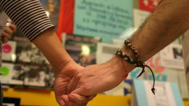 Dos homosexuales cogidos de la mano.