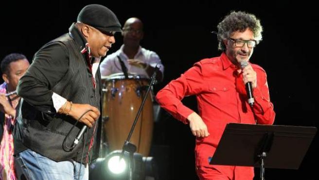 Fito Páez (de rojo) canta junto a Robertón (izda) en La Habana (Cuba).