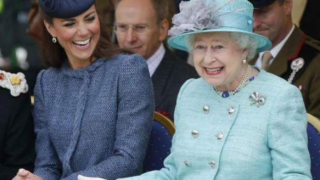 Kate Middleton e Isabel II, durante un acto oficial.