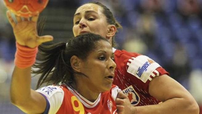 Marta Mangue lanza a portería en el España - Croacia del Europeo femenino de balonmano.