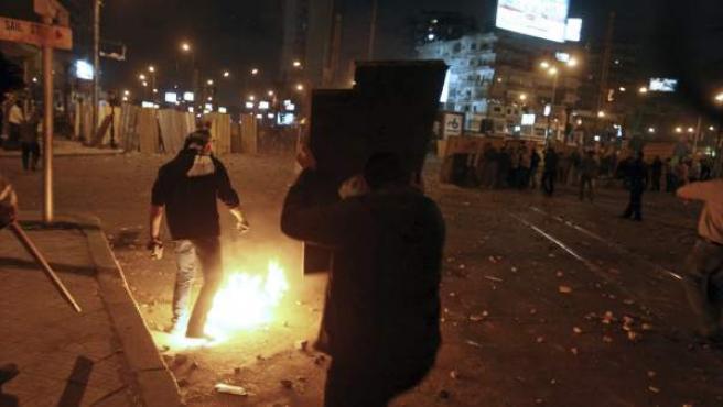 Seguidores del presidente egipcio, Mohamed Morsi, y de los Hermanos Musulmanes, pelean con los opositores.