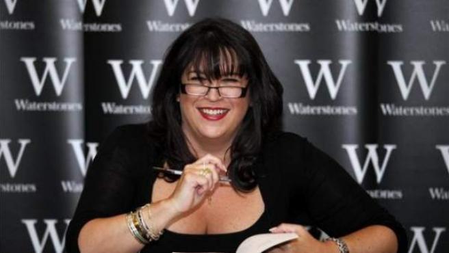 La escritora británica E.L. James firma a un seguidor una copia de su libro 'Cincuenta sombras de Grey' en la libreria de waterstone, Londres, Reino Unido.