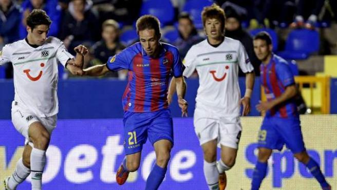 """El delantero del Levante Miguel Alfonso Herrero """"Michel"""" (c) controla el balón ante el delantero del Hannover 96 Lars Stindl (i)."""