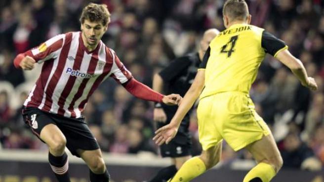 El defensa checo del Sparta de Praha, Ondrej Svejdik (d) ante el delantero del Athletic de Bilbao, Fernando Llorente (i).