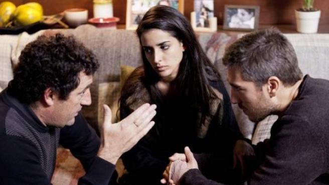 El director Daniel Calparsoro dando instrucciones a Inma Cuesta y Alberto Ammann durante el rodaje de 'Invasor'.