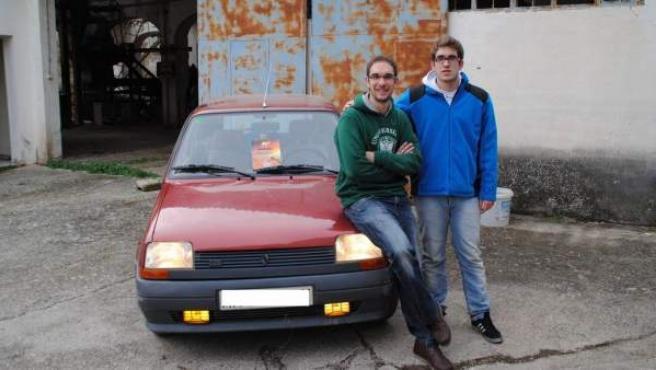 Los dos hermanos posan con el Renault 5 en el que realizarán la aventura solidaria de Unidesert en Marruecos.