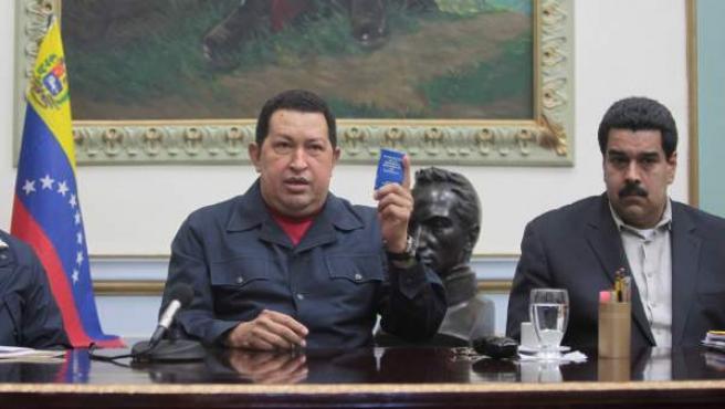 Fotografía cedida por Prensa de Miraflores donde se aprecia al presidente de Venezuela, Hugo Chávez (c), acompañado del vicepresidente y ministro de Relaciones Exteriores, Nicolás Maduro (d).