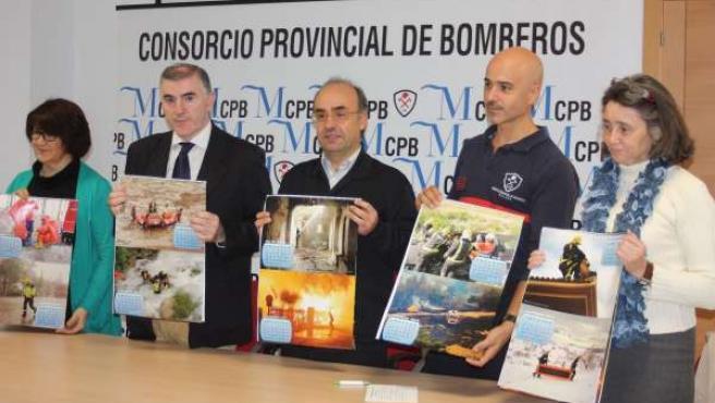 Presentación de un calendario solidario de los bomberos de Ronda