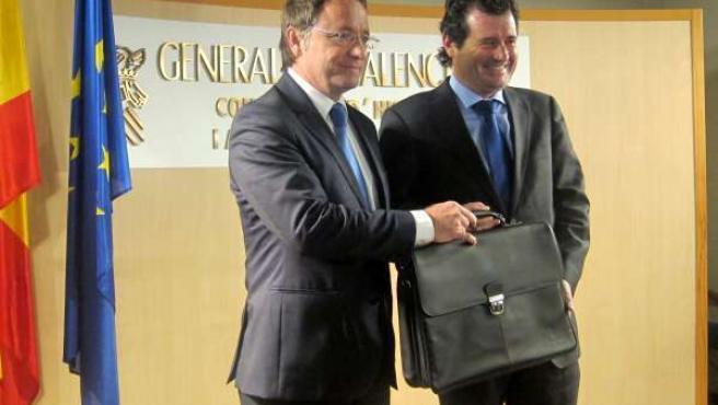Juan Carlos Moragues recibe la cartera de Hacienda de manos de Císcar.