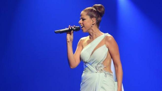 Pastora Soler de España interpreta la canción 'Quedate Conmigo' en la gala final del Eurovisión 2012.