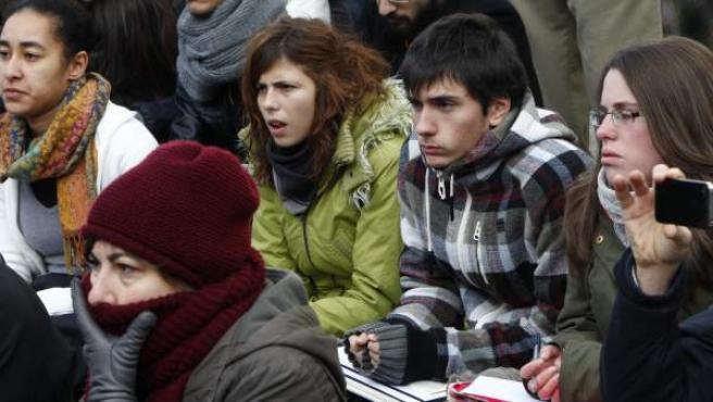 Un grupo de alumnos de la Universidad Complutense recibe clase en la Puerta del Sol de Madrid como medida de protesta por los recortes en la educación pública.