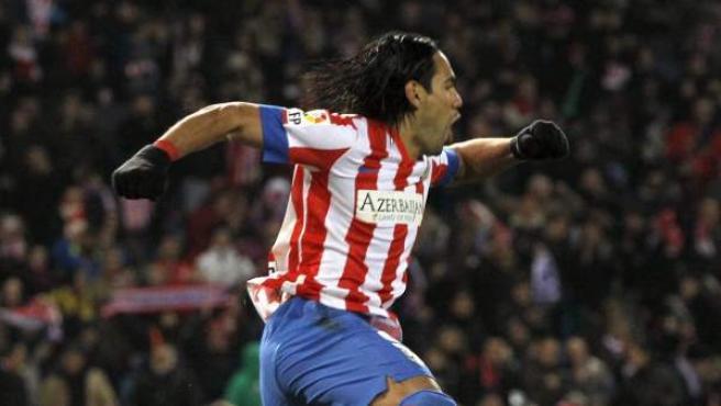 El delantero colombiano del Atlético de Madrid, Radamel Falcao, celebra uno de sus cinco goles frente al Deportivo.