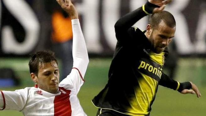 """El centrocampista del Real Zaragoza Antonio Galdeano """"Apoño"""" (d) pelea un balón con el centrocampista argentino del Rayo Vallecano Franco Vázquez."""