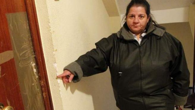 Mª Carmen Escudero, vecina de San Cristóbal, muestra una vivienda ocupada.