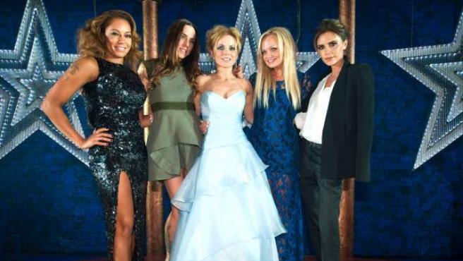 Mel B, Mel C, Geri Halliwell, Emma Bunton y Victoria Adams posan en la presentación del musical sobre las Spice Girls 'Viva Forever!'.