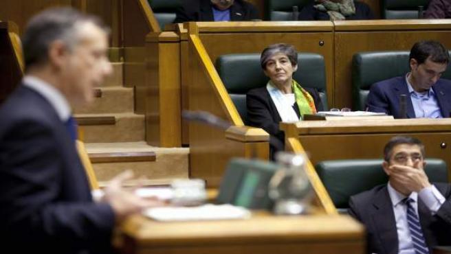 La candiata de EH Bildu Laura Mintegi, y el lehendakari en funciones, Patxi López (abajo), escuchan al candidato a Lehendakari por el Partido Nacionalista Vasco, Iñigo Urkullu.