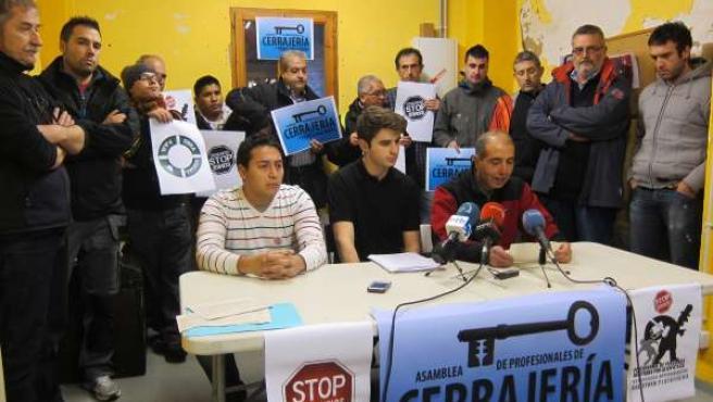Cerrajeros de Pamplona junto a miembros de la plataforma.