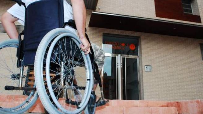 Una persona con discapacidad física en una silla de ruedas.
