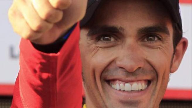 El ciclista de Pinto, Alberto Contador, celebra su victoria virtual en la Vuelta a España 2012.
