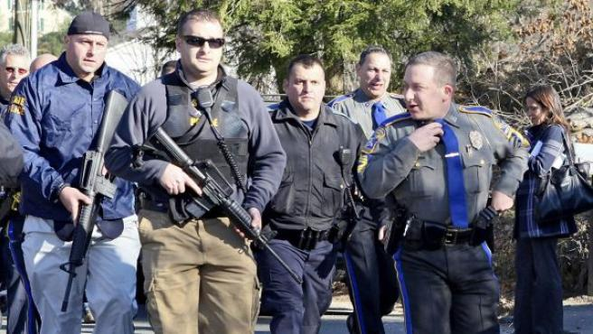 Varios policías en el centro escolar donde se ha producido un tiroteo en Connecticut.