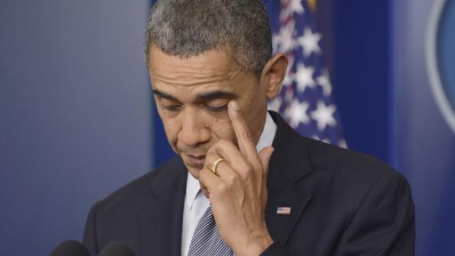 Obama se emociona al hablar de la matanza en la escuela Sandy Hook de Connecticut.