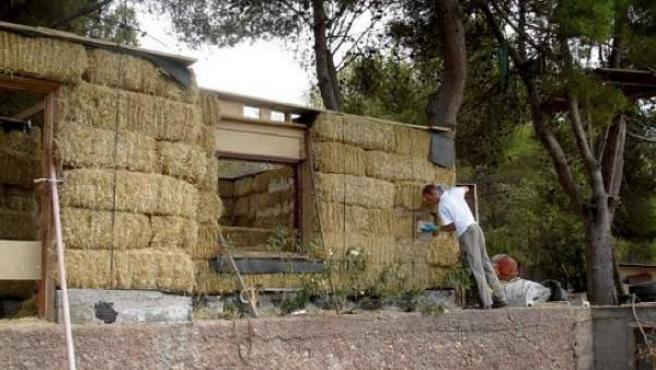 Una casa de paja en pleno proceso de construcción.