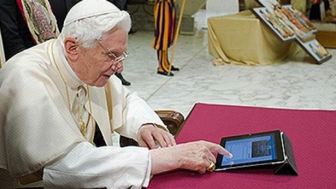 El papa, 'tuiteando' este pasado 12 de diciembre.