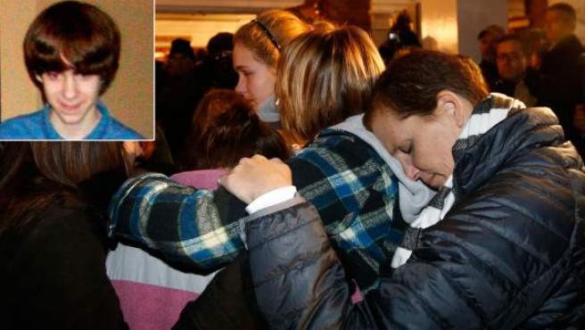 Combo de imágenes del autor de la matanza en la escuela infantil de Newtown (Connecticut, EE UU) y varias personas abrazándose tras el tiroteo.