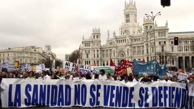 """Miles de trabajadores y usuarios de la sanidad pública convirtieron el centro de Madrid en la cuarta marea de """"batas blancas"""", como forma de protesta por los planes del Gobierno regional de privatizar la gestión de seis hospitales y 27 centros de salud."""